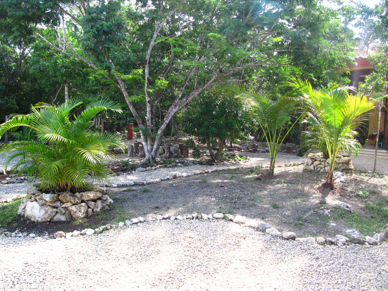 modelo de jardin económico con banca y piedras antes