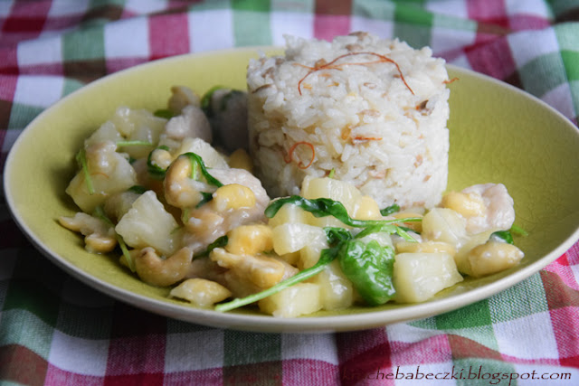 Indyk z ryżem, ananasem, migdałem i orzechami nerkowca