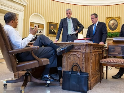 Obama talks with staff