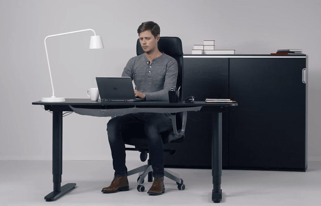 שולחן מדגם BEKANT במצב ישיבה