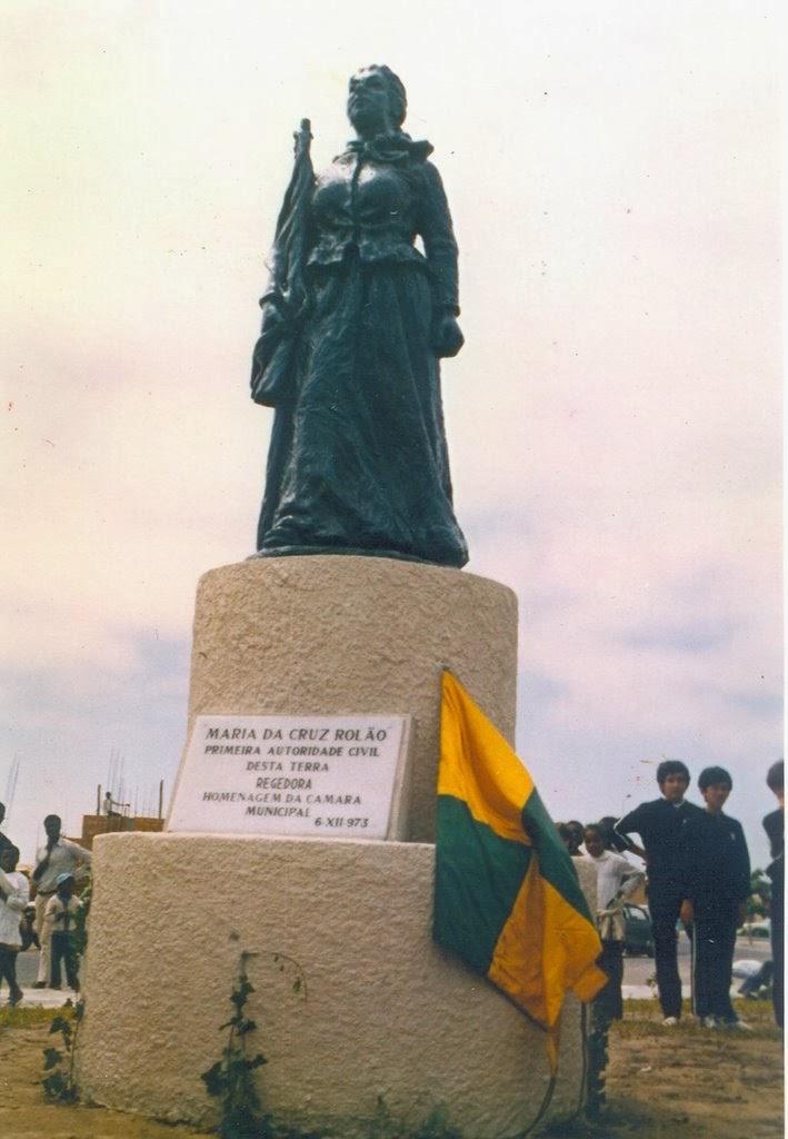 Estátua de Maria da Cruz Rolão (Porto Alexandre/Tombwa-Angola)