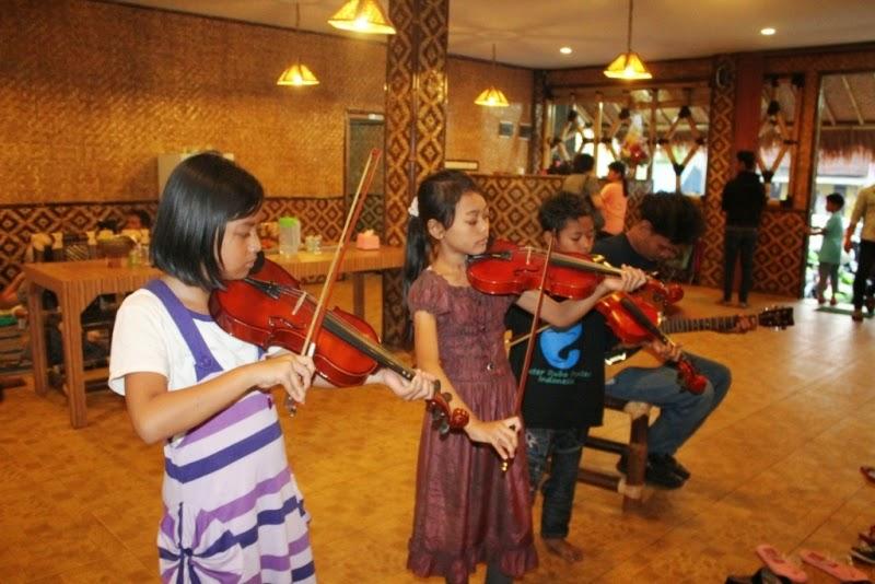 Kumpulan foto anak-anak keran dan hebat main biola saat acara buka bersama