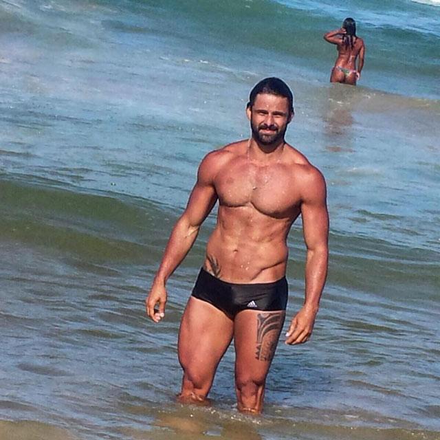 Fabiano Gurgel mostra o corpo sarado após banho de mar. Foto: Arquivo pessoal