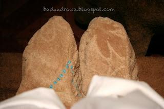 """Khmer foot spa - nakremowane stopy w ciepłych """"skarpetach""""."""