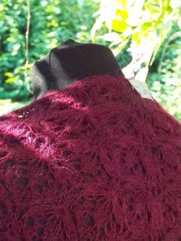 TE KOOP: aubergine wollen shawl.