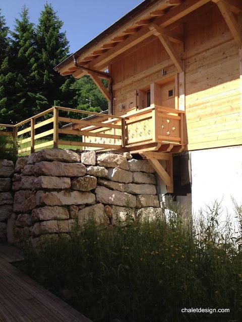 Casa chalet suizo muestra detalle de construcción con piedra y madera