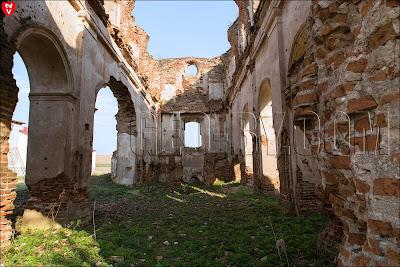 Внутри руин костела XVIII века