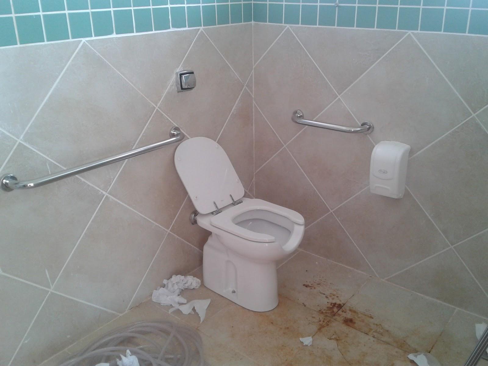 banheiro para deficientes antes da limpeza banheiro para deficientes  #4D757E 1600 1200