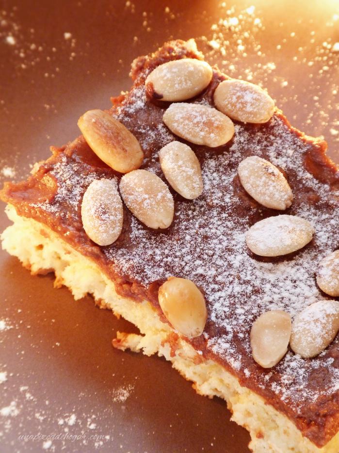 Ración Bizcocho de Chocolate Navideño con almendras y azúcar glass