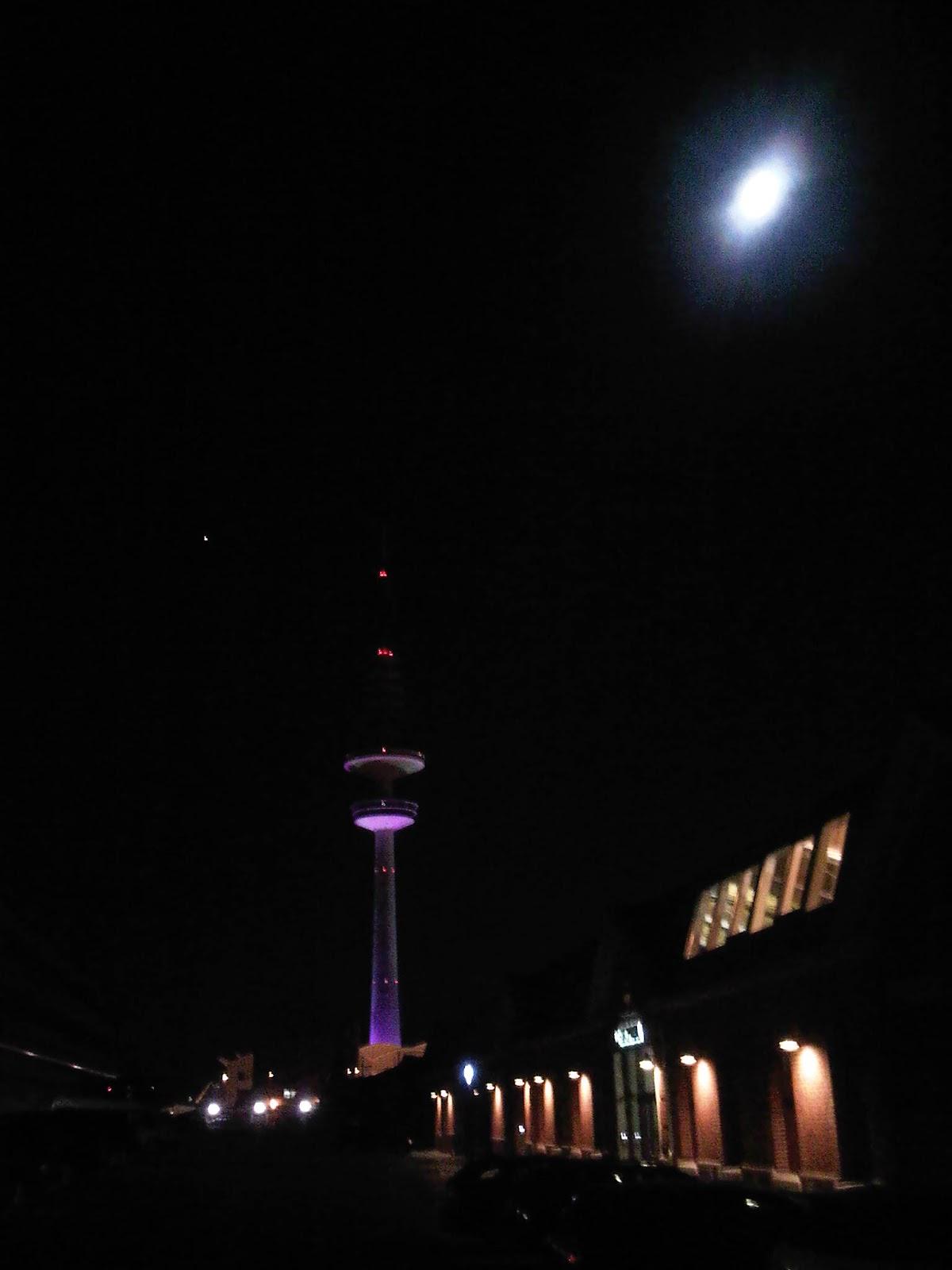 Fernsehturm und Mond von der Lagerstraße / Bullerei aus
