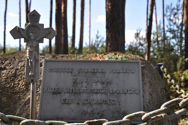 Małachów k. Końskich. Tablica upamiętniająca miejsce stracenia Polaków - 7.04.1940 r. Fot. KW.