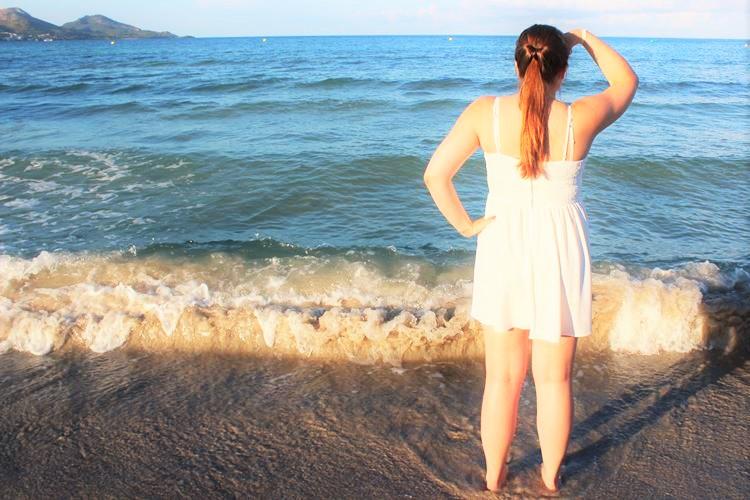 weißes Kleid mit Spitze am Meer
