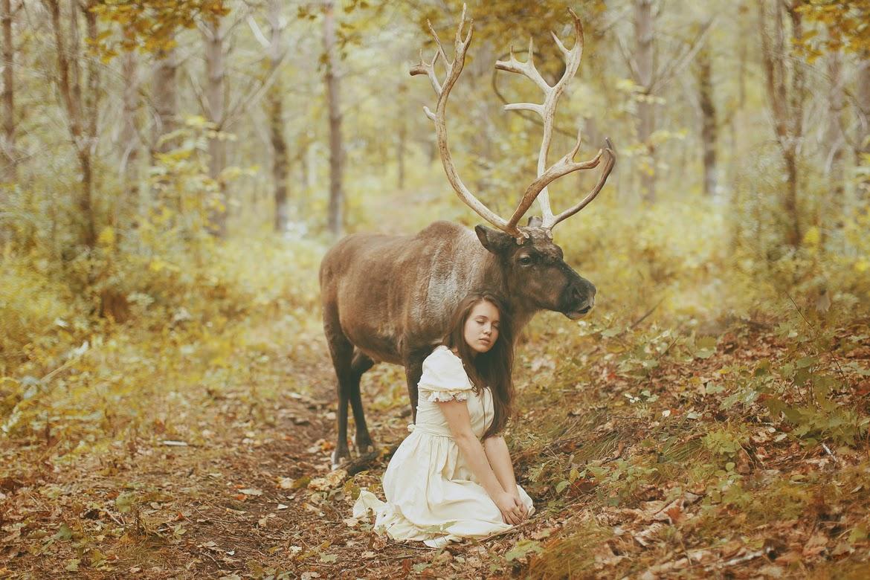 photo de Katerina Plotnikova d'une jeune femme assise auprès d'un renne