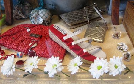 Cartera mano y sandalia roja y blanca