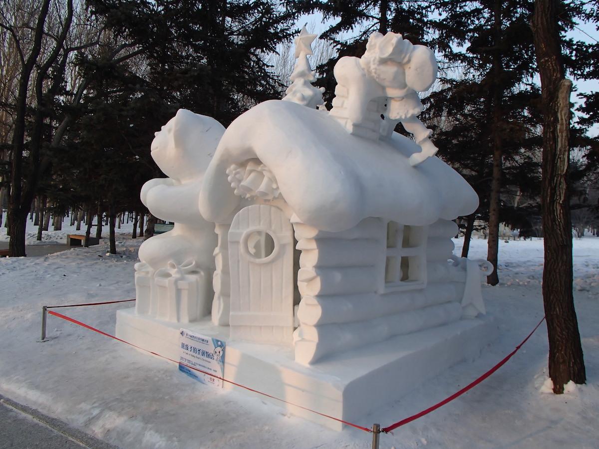 Christmas house with snow art - Snow Sculpture Art Expo Christmas House