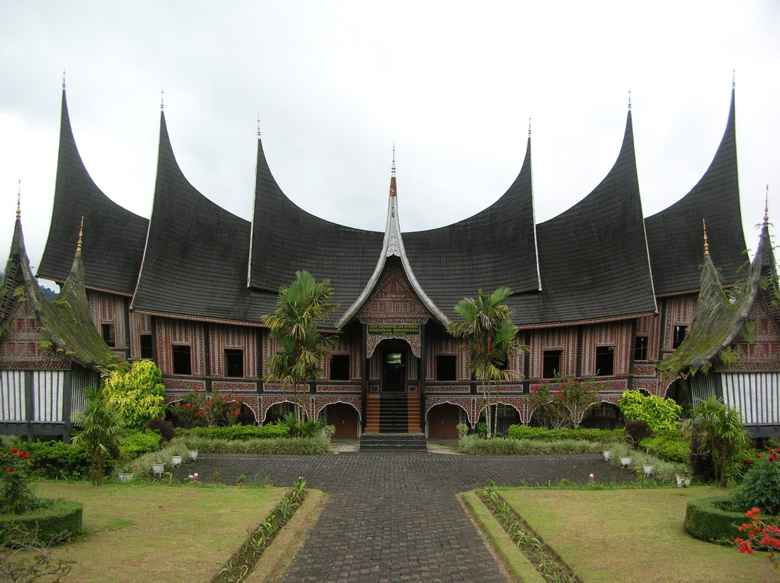 Download this Rumah Melayu Selaso Jatuh Kembar Adat Kepulauan Riau picture