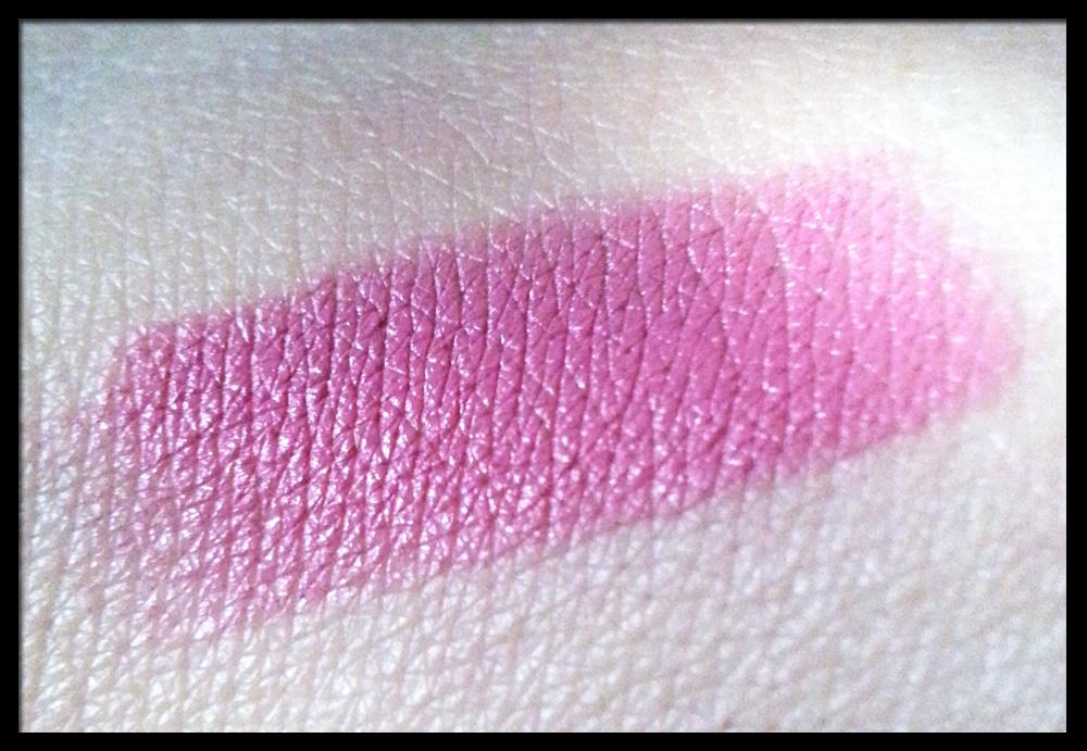 MAC Lipstick in Pink Nouveau - Swatch a luce naturale