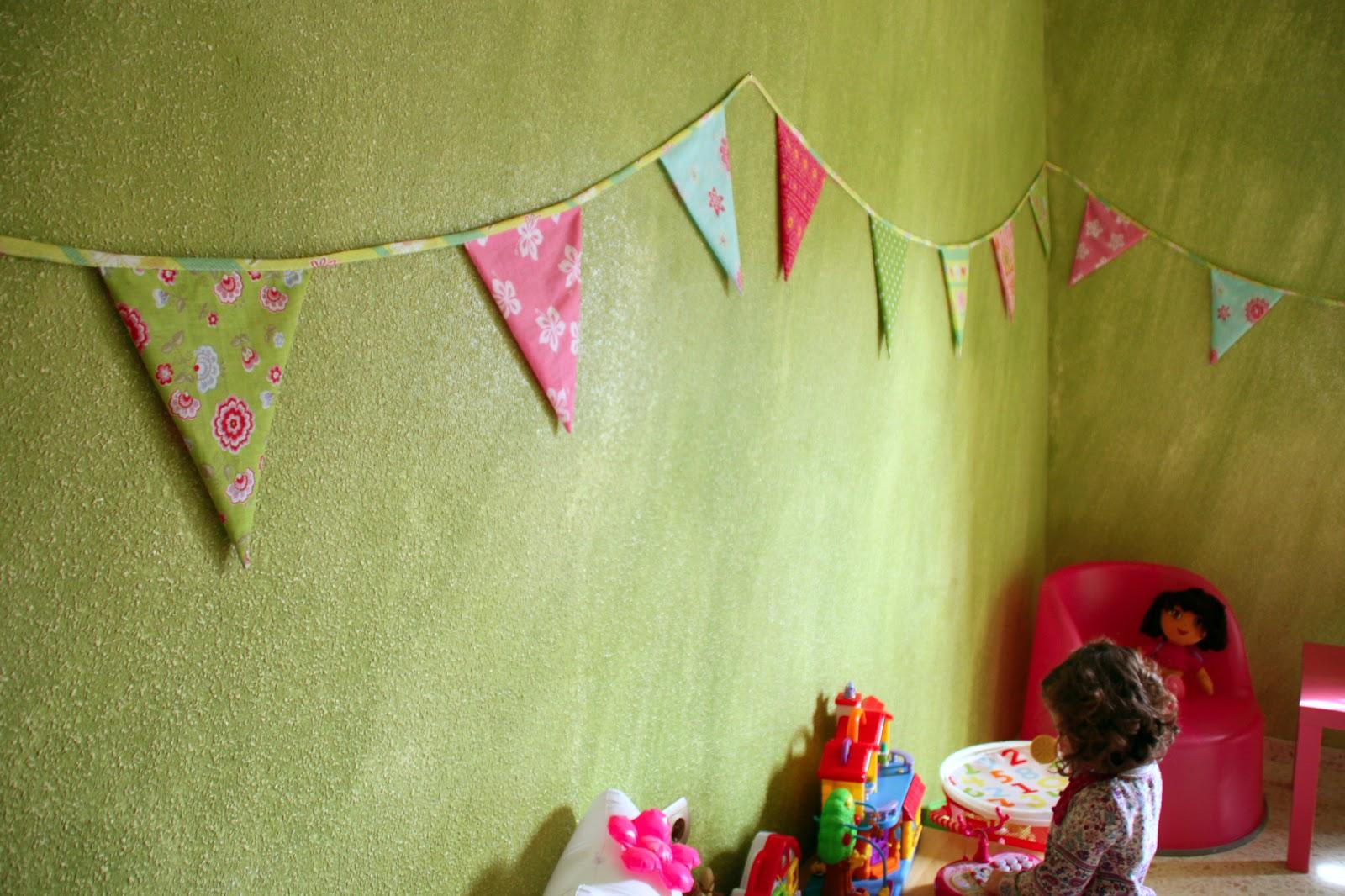 Taller rosali idea decoraci n infantil banderolas de for Zapateros tela para colgar