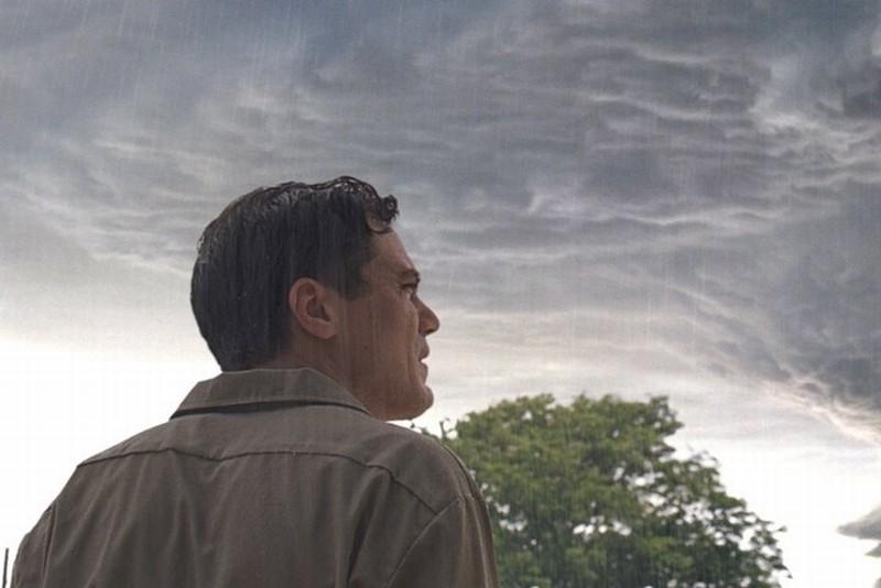 Curtis guarda la nuvola minacciosa del suo sogno mentre piove pioggia rossa