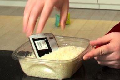 Letakan ponsel dalam beras