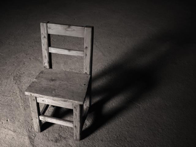 Bote todo su odio; Técnica de la silla vacía