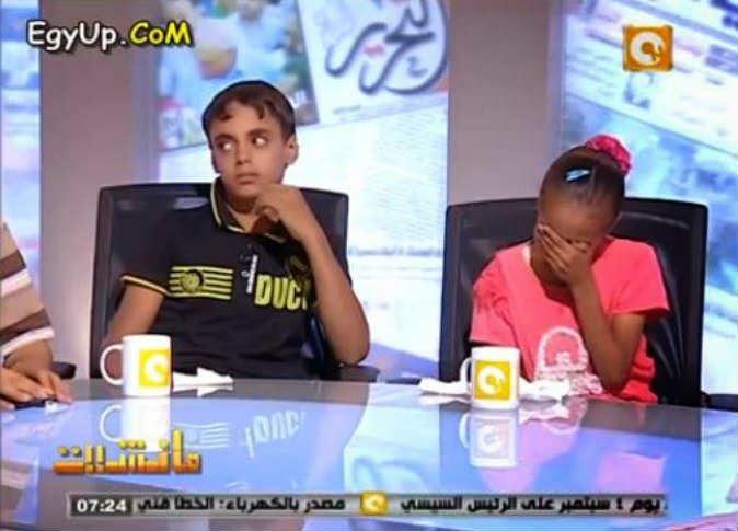 بالفيديو.. أب يُخبر طفليه بوفاة والدتهما على الهواء