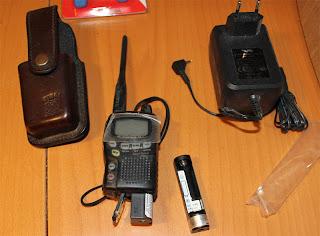 Här syns mobiltelefonväska, Yaesu VX1R, Extra Batterikassett och laddare