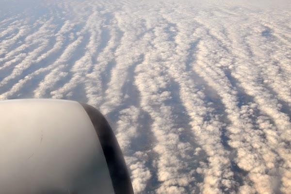 Irland 2014 - Tag 1 | Blick aus dem Flugzeug mit Wolkenmeer