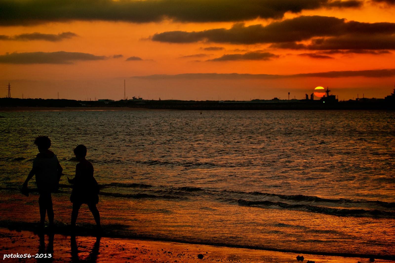 Dos amigas caminando a la salida del sol