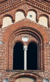 Bifora finestra divisa verticalmente a metà da una colonna