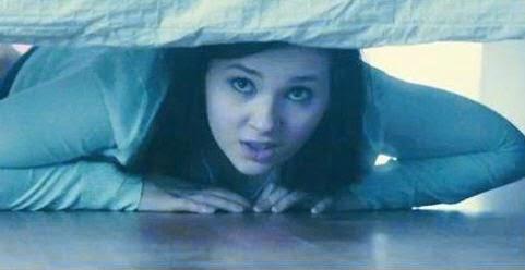 نزلت الزوجة تحت السرير قبل عودة زوجها والسبب !