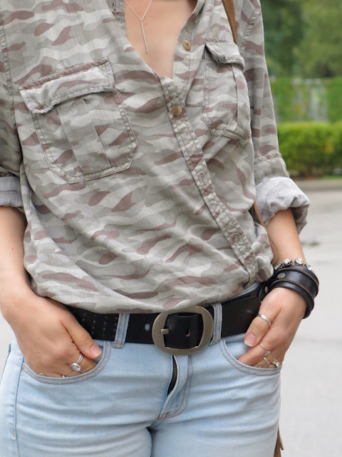 styling an oversized camo shirt with skinny jeans
