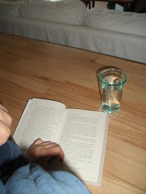 masa da kitap okumak