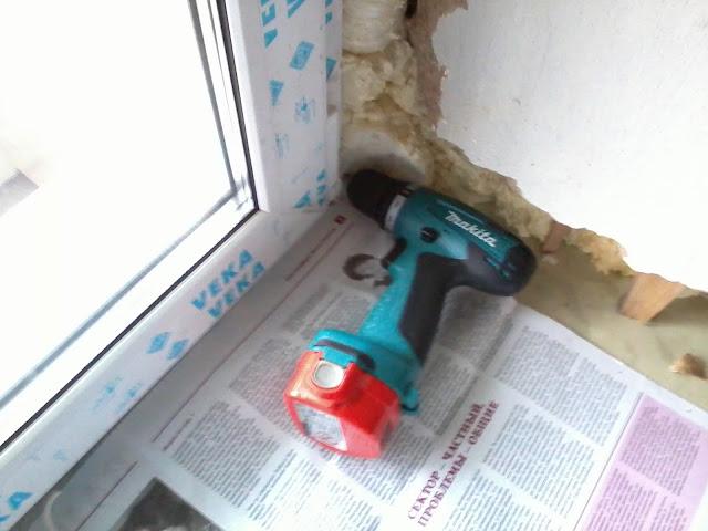 Отверстие для кабеля возле окна