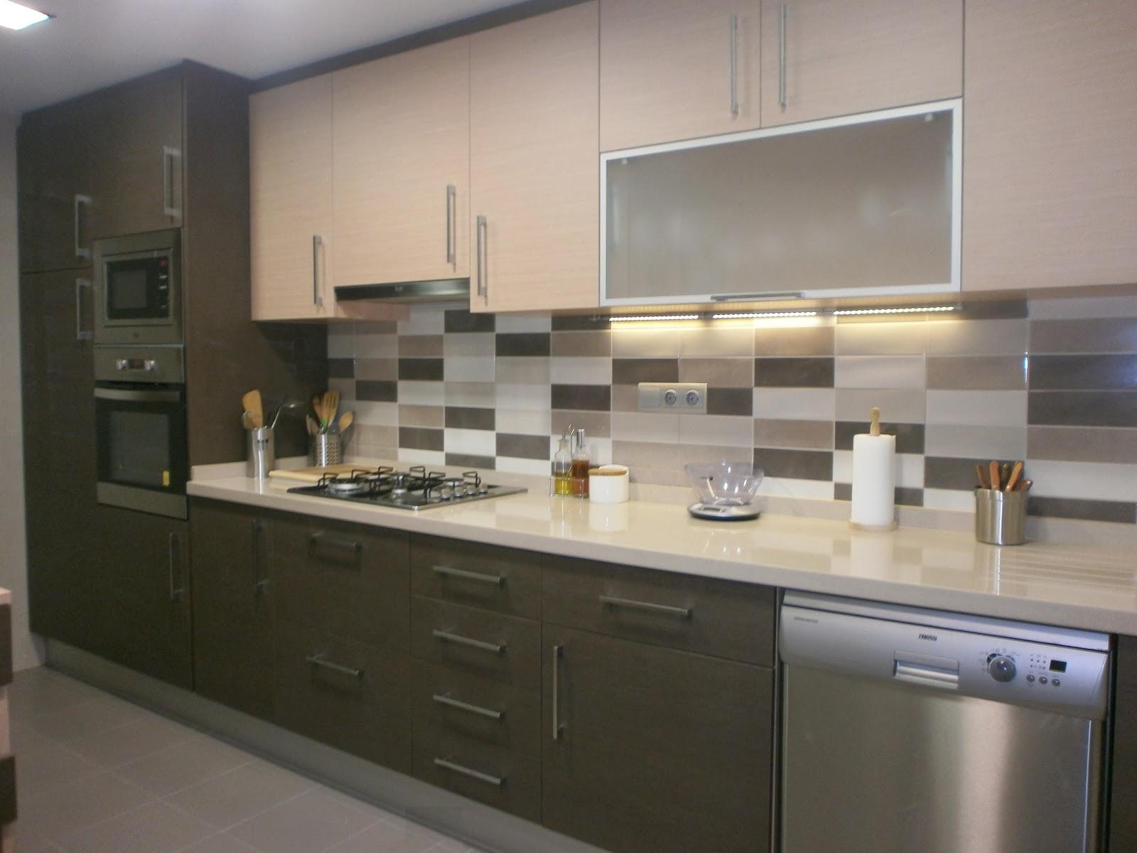 Dise o intemporal una sobria cocina en dos tonos - Catalogos de azulejos para cocinas ...