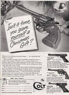 Pistola come regalo di Natale sotto l'albero