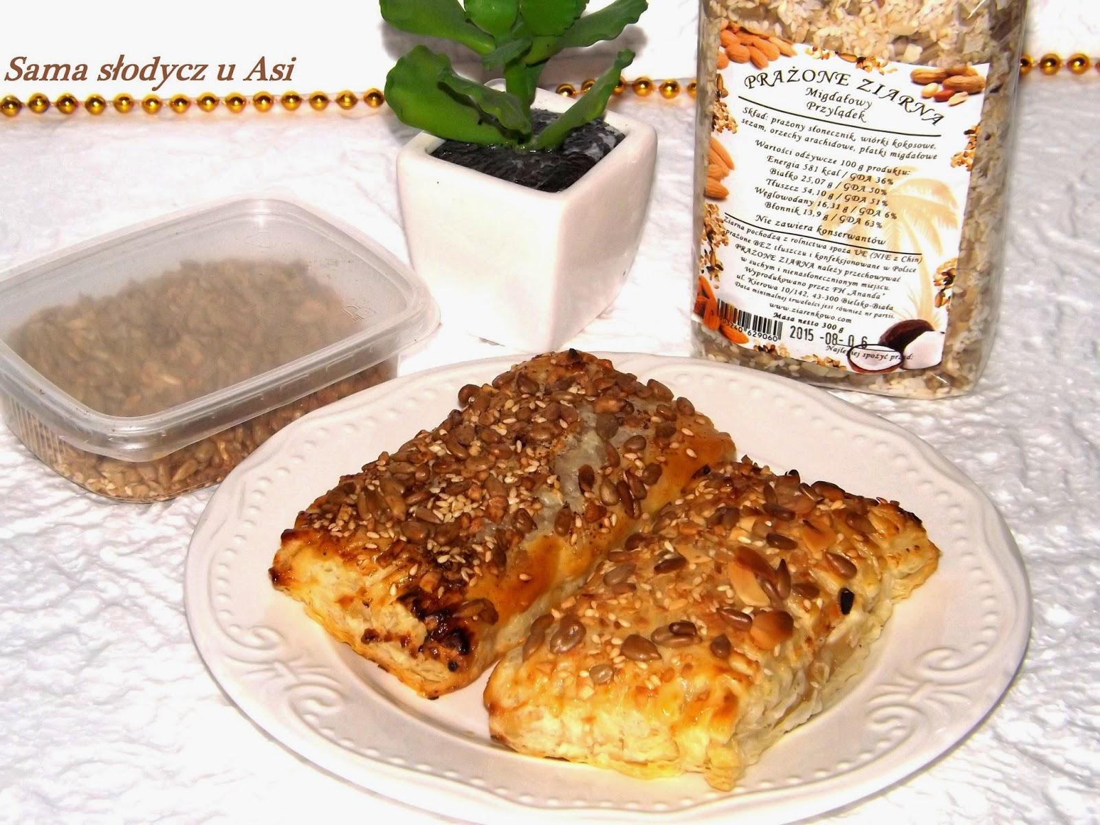 Francuskie ciasteczka z masą serowo kajmakową oraz posypką ziarenkową.