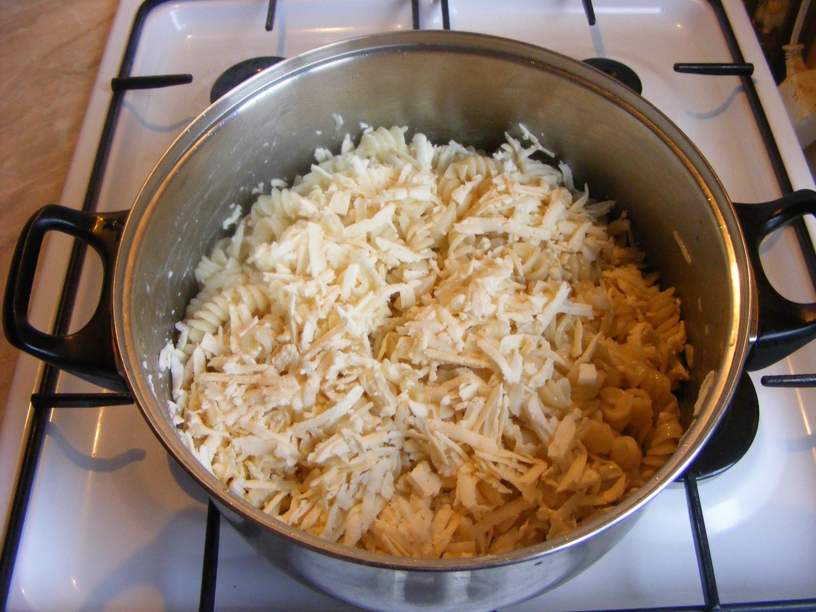 macaroane cu branza, paste cu branza, preparare macaroane cu branza, retete cu paste fainoase, retete cu branza, retete de mancare, retete si preparate culinare macaroane cu branza, macaroane cu branza la cuptor,