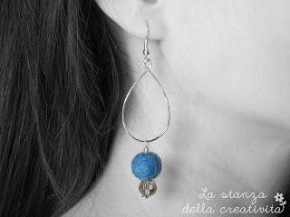 Orecchini in filo argentato con palline in feltro blu e pietra grigia