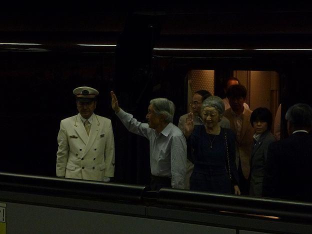 貴賓車からお手振りをする皇后陛下