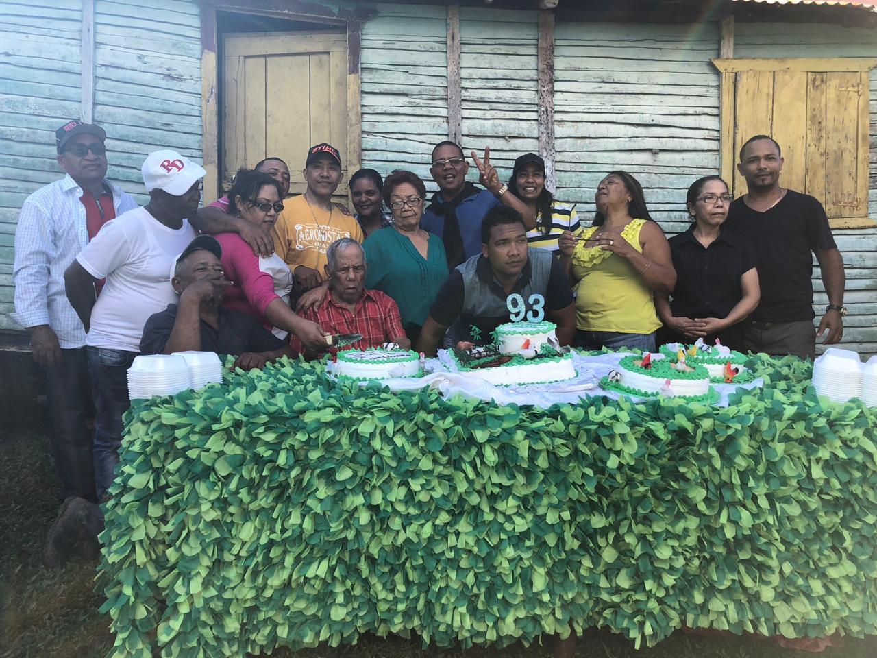 Familia Arredondo celebrando El cumpleaños de Pasión.