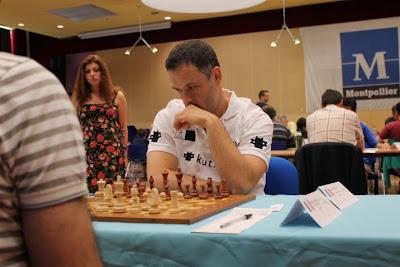 Le GMI Christian Bauer (2649), 2e Elo du tournoi, bat logiquement le joueur d'échecs français d'origine arménienne Armen Petrossian (2380) lors de la ronde 4 du Master de Montpellier 2014 - Photo © Chess & Strategy