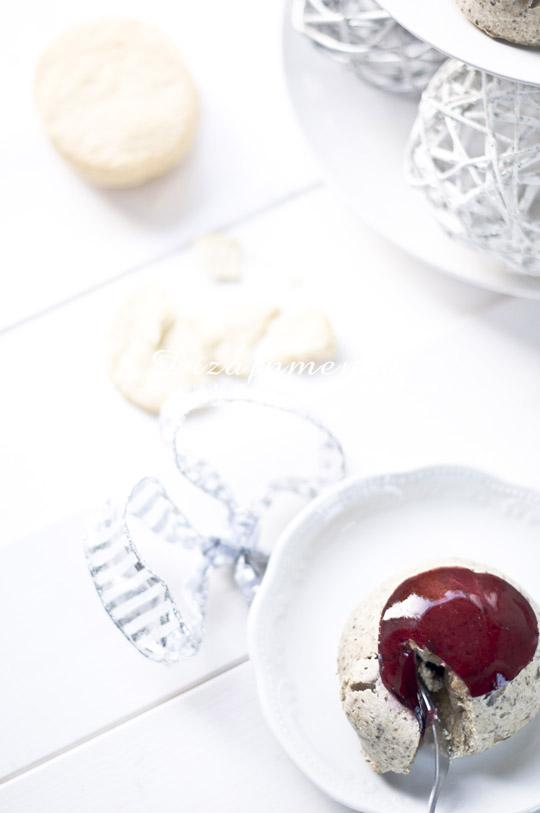 Kakukkfüves gomba mousse omlós tészta ágyon, karamellizált lilahagymalekvárral és vörösborzselével