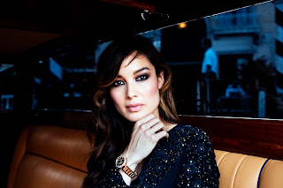 omega Bérénice Marlohe飾演美豔神秘的Séverine,手上配戴Omega碟飛Prestige手表