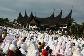 Ikut shalat 'IED di masjid ataukah yang di lapangan?