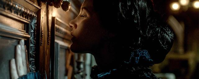 "Recenzja filmu ""Crimson Peak: Wzgórze Krwi"" (2015), reż. Guillermo del Toro"