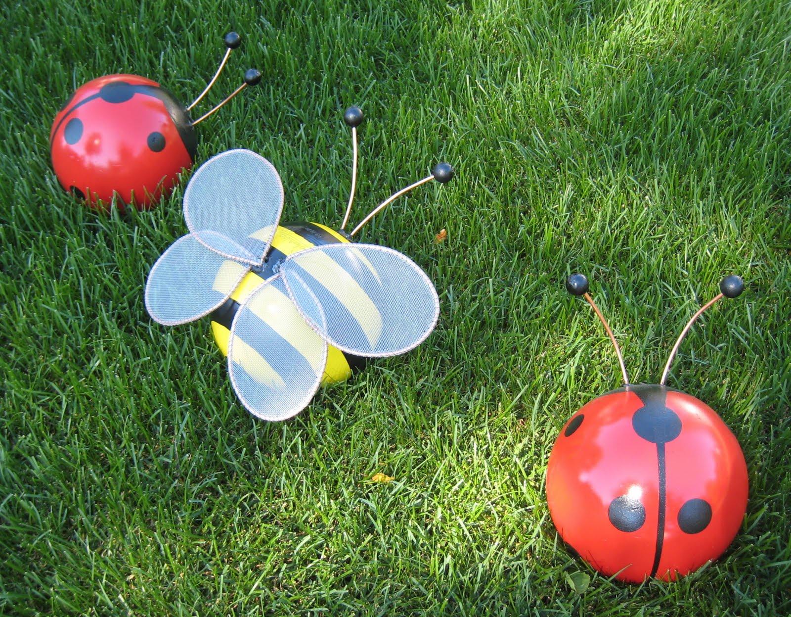 Wedeworks bowling ball bumblebee and ladybug for Accesorios para jardin
