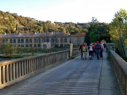Travessant el Pont del Pelut en direcció a la Colònia Ymbern