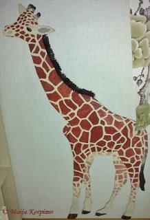 Pitkäjalkainen kirahvi maalattuna