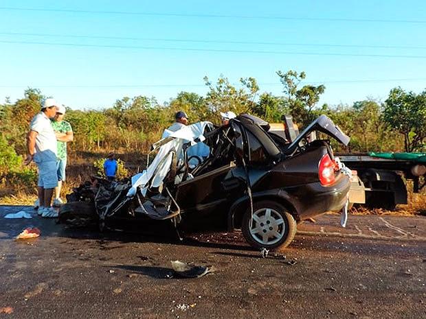 Carro de passeio com quatro pessoas da mesma família bateu em carreta e todos do carro morreram. (Foto: Sigi Vilares/ Blog do Sigi Vilares)